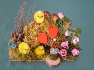 Frühlingsgesteck mit Küken und Rosen für 8.00 €.