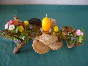 Ostergesteck auf Astgabel und gelber Eierkerze für 8.00 €.
