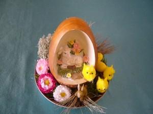 Kleine Osterschale mit Osterlamm im Ei zu 5.00 €.