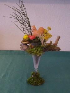 Dekorirte Vase mit Huhn und Küken und kleinen Hasen zu 10.00 €.