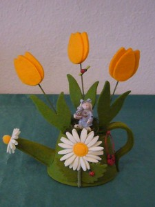 Grüne Stoffgieskanne mit Blumenmotiv und