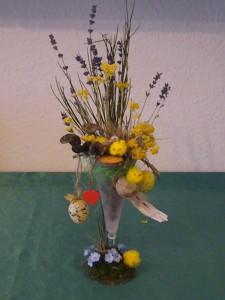 Ostervase dekoriert u.a. mit Küken und Ostereiern für 10.00 €.