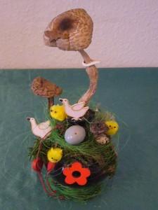 Braune Glaskugel österlich dekoriert u.a. mit echten Pilzen zu 10.00 €.