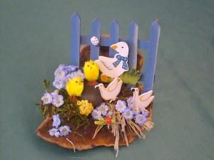 Kleines Ostergesteck auf Rotrandigen Baumschwamm mit Zaun und Geflügel zu 8.00 €.