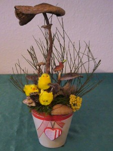 Österlich dekorierter Blumentopf mit Küken und Parasol zu 12.50 €.