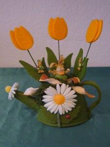 Grüne Stoffgieskanne mit Blumenmotiv und Osterhasen für 10.00 €.