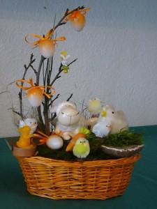 Lustiger Osterkorb mit Hasenteelicht für 15.00 €.