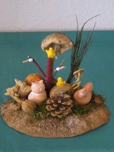 Überwiegend natürlich gestaltetes Ostergesteck auf Eichenwirrling für 10.00 €.