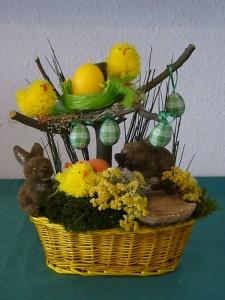 Üppig dekorierter Osterkorb mit Küken und Osternest für 20.00 €.