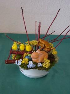Osterschale mit Hasen und Küken und dekorativen Hartriegel zu 8.00 €.
