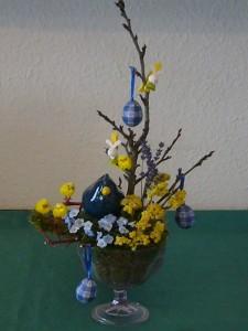 Blau/gelb gestaltete Ständerschale zu Ostern für 12.50 €.