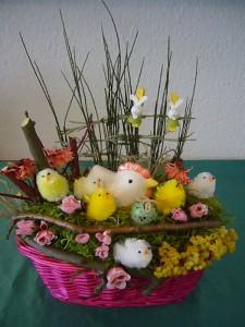Reichhaltig dekorieter Osterkorb in leuchtenden Farben zu 15.00 €.
