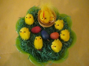Osterschälchen mit Eiern und Küken zu 4.00 €.