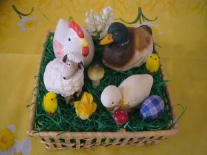 Osterkörbchen mit Huhn, Enten, Lamm und Küken für 10.00 €.