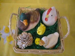Korb mit Enten, Huhn und Küken zu 10.00 €.
