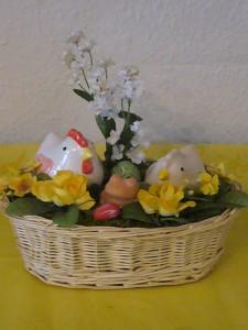 Osterkorb mit Hühnern, Küken, Frosch und Blumen für 10.00 €.