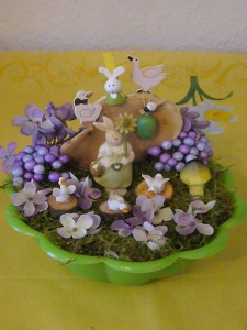 Violettlich gehaltene, reich dekorier Osterschale zu dekorierte Osterschale für 10.00 €.