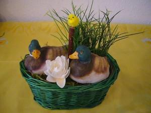 Grüner Osterkorb mit Enten zu 8.00 €.
