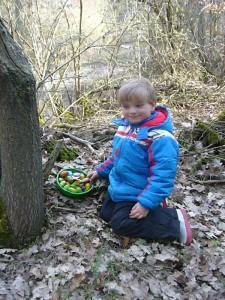 Auch im Wald wurde unser Jonas noch fündig. Der Osterhase hatte auch hier noch eine Überaschung parat. 04. April 2010.