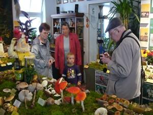 So war er auch wieder zu unserer großen Pilzausstellung am 26. September 2008 zur Stelle und ein gern gesehener Gast. Von links: Marianne Gast, Inge Schellbach, mein kleiner Sohn Jonas und wie immer mit Fotoausrüstung Josef Gast.
