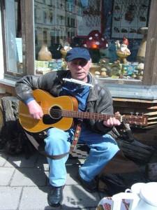 Tischlermeister, Hobby - Musiker und Vereinsmitglied Hemut Meier umrahmte den heutigen Imbisstag mit Gesang, Gitarre und Mundharmonika.