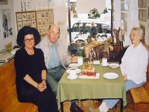 Besuch aus Finnland in der Pilzberatungsstelle. Von links: Frau Karsten - Stenius (Finnland), Josef Gast und Pilzfreundin Siglinde Wundrak im Jahre 2001.