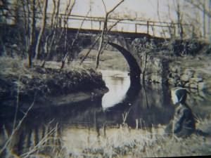 Aus dieser Zeit stammt dieses Schwaz/weiß Foro von Josef Gast. Es zeigt die Feldsteinbrücke über den Hellbach, von der heute noch noch sperliches Reste zu erkennen sind. Der kleine Junge ist Sohn Wolfgang Gast im alter von 5 Jahren.