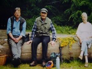 Pause auf einer Privattour durch den Haushalt Forst bei Zickhusen am30. Mai 2001. Von links: Reinhold Krakow, Josef Gast und Siglinde Wundrak.
