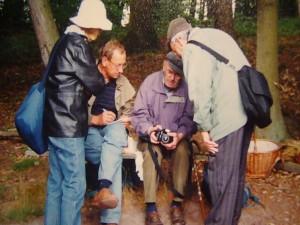 Josef Gast erläutert die Funktiosweise seiner Kamera auf einer Pilzwanderung am 08. Juli 2000.