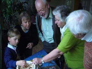 Hier bewunderten alle die tollen Maipilze, die Jonas am Vortag mit der Mama in Schwerin gesammelt hat. Er hat drei Pilzberaterinnen glücklich gemacht, in dem er die schönen Pilze verschenkte. Von links auf dem Bild: Jonas Dombrowa, Irena Dombrowa, Harry Käding, Brigitte Schurig und Frau Dr. Schmidt. 08. Mai 2010.