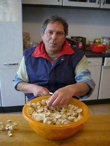 Peter Kofahl hat schon Routine beim Putzen von Maipilzen. Seit drei Tagen macht er nichts anders mehr.