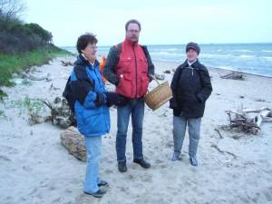 Hier am Strand bließ uns der frische Wind kräftig um die Ohren, aber im Windschatten des teils bewaldeten Küstenschutzstreifens kamen wir sogar in?s Schwitzen. 15.Mai 2010.
