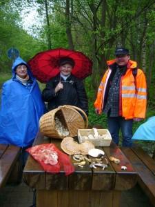 An einem Rastplatz des Ostseeküsten - Fernradweges machten wir eine kleine Pause und breiteten unsere Pilzfunde stolz auf dem Tisch aus. Keiner ahnte aber, was Thomas weinge Meter hinter uns gleich entdecken wird! 15. Mai 2010.