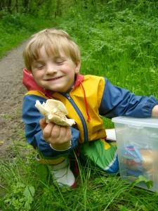 """Wir waren noch nicht weit, da fand Jonas schon die ersten Maipilze. Besonders lustig war, dass hier einer den anderen """"Huckepack"""" nahm. 24. Mai 2010."""