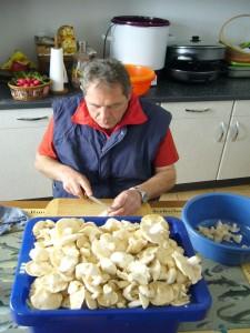 Pilzfreund Peter Kofahl hat wieder alle Hände voll zu tun, um die Maipilze zu Verarbeiten. Die heutigen wurden angeschmort und werden bis Sonntag eingefroren. Es gibt dann wieder unsere köstliche Maipilz - Pfanne. Wirklich ein Gedicht! 26. Mai 2010.