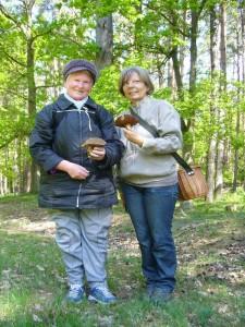 Freude über diese schönen Flockenstieligen Hexen - Röhrlinge kam bei Helga Köster und Regina Groß auf. 29. Mai 2010.