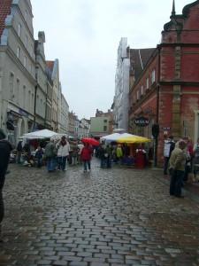 """Dicht umlagert waren wieder die Stände, die vor dem """"Schabbelhaus"""" und der Nikoleikirche aufgebaut waren. 30. Mai 2010."""