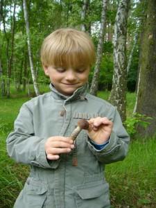 Jonas freut sich über diesen jungen Birkenpilz. 20. Juni 2010 im Wald bei Grevesmühlen.
