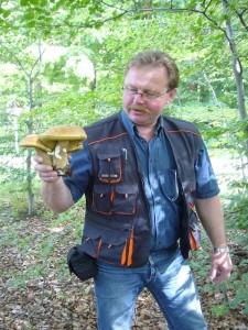 Nach wenigen Schritten schon ein Aufschrei von Thomas. Er entdeckte ein ganzes Nest von Sommersteinpilzen. Da bewahrheitet sich mal wieder die Weisheit das bei Fliegenpilzen, Steinpilze meist nicht fern sind. 27. Juni 2010.