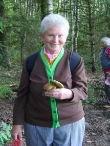 Pilzfreundin Helga freut sich über die ersten Maronen - Röhrlinge der Saison. 27. Juni 2010.