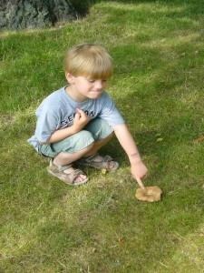 Sohn Jonas zeigt auf einen Pilz, der fast vor der Haustür in Wismar diesen