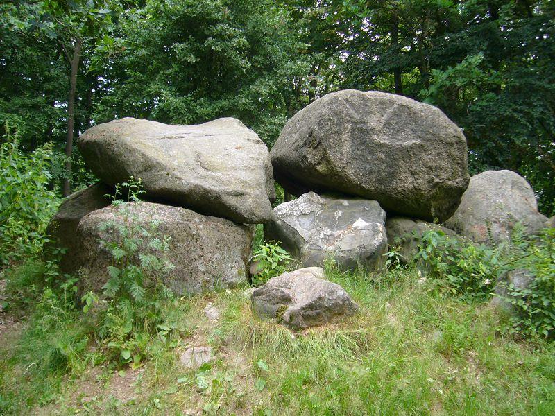 Eine steinzeitliche Begräbnissstätte wie von Hühnen errichtet.