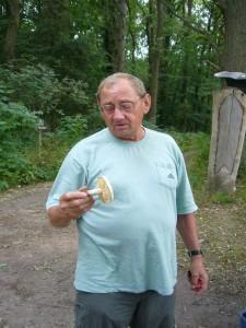 Klaus Warning ist schon seit geraumer Zeit der Stadtbekannte Pilzberater von Bützow. Gemeinsam mit der Stadt richtete er vor 10 Jahren bereits einen Lehrpfad zum Thema Pilze in der Vierburgwaldung ein. Wie ließen uns von ihm sachkundig durch dieses interessante Gebiet führen. 24. Juli 2010.