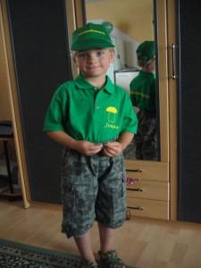 """Sohn Jonas ist schon gerüstet für die Pilzernte. In etwa einer Woche werden die Sommersteinpilze durchstarten und er wird in """"Steinpilz - Uniform"""" in den Kampf ziehen."""