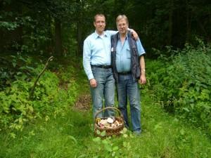 Abschlußfoto mit Pilzfreund Andeas Okrent (links) nach einer gemeinsammen Exkursion durch den Haushalt Forst am 29. Juli 2010. Anreas Okrent betreibt eine eingene Internet - Seite.