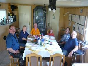 im geräumigen Fischereischulungsraum hätten auch gut und gerne 30 Leute platz gefunden. Guten Appetit! 01. August 2010.