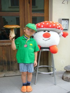 """Jonas brachte mir heute voller Stolz seinen großen """"Supersteinpilz"""" den er gestern in einem Wald in der nähe der mecklenburgischen Bierbrauerstadt Lübz fand. Er bekommt einen Ehrenplatz in unserer Pilzausstellung. 09. August 2010."""