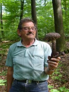 """Hier sehen wir ein Prachtkerl des """"Old Man Of The Woods"""" - des alten Mannes des Waldes. Gemeint ist natürlich nicht Pilzfreund Hans - Jürgen Wilsch, sondern der wirklich stattliche Strubbelkopf (Strobilomyces floccopus), den er zusammen mit zwei kleineren Fruchtkörpern unter Buchen fand. 21. August 2010."""