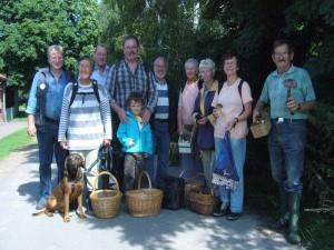 """Am Schluß der erfolg- und lehrreichen Pilzwanderung unser obligatorisches Gruppenfoto. Wie man sieht, waren heute 10 Pilzfreunde im Haushalt Forst, einem unserer """"Edelwälder"""" unterwegs. 21. August 2010."""