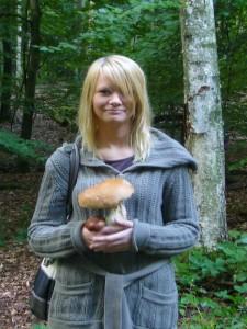 Kaum im Wald fand diese nette junge Dame gleich den ersten ansehlichen Steinpilz. Herzlichen Glückwunsch!